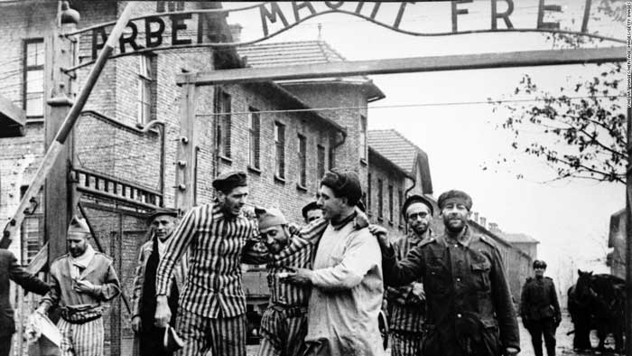 auschwitz-survivors-with-their-russian-liberators-10