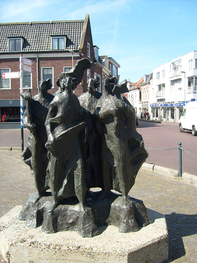 Sculpture in front of the gate on the Haarlem side